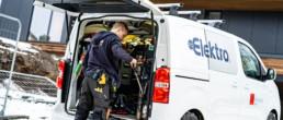 Elektro ansatt på oppdrag i varebil fylt med verktøy.