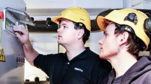 To elektro ansatte jobber med automasjon.