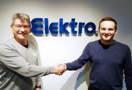 David Framvik, servicekoordinator Elektro(til høyre) tar Terje Sundsbø i Norik i hånden.