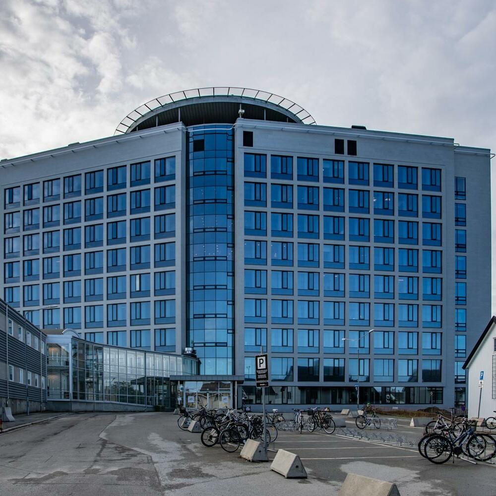 Nordlandssykehuset i Bodø sett fra gatenivå.
