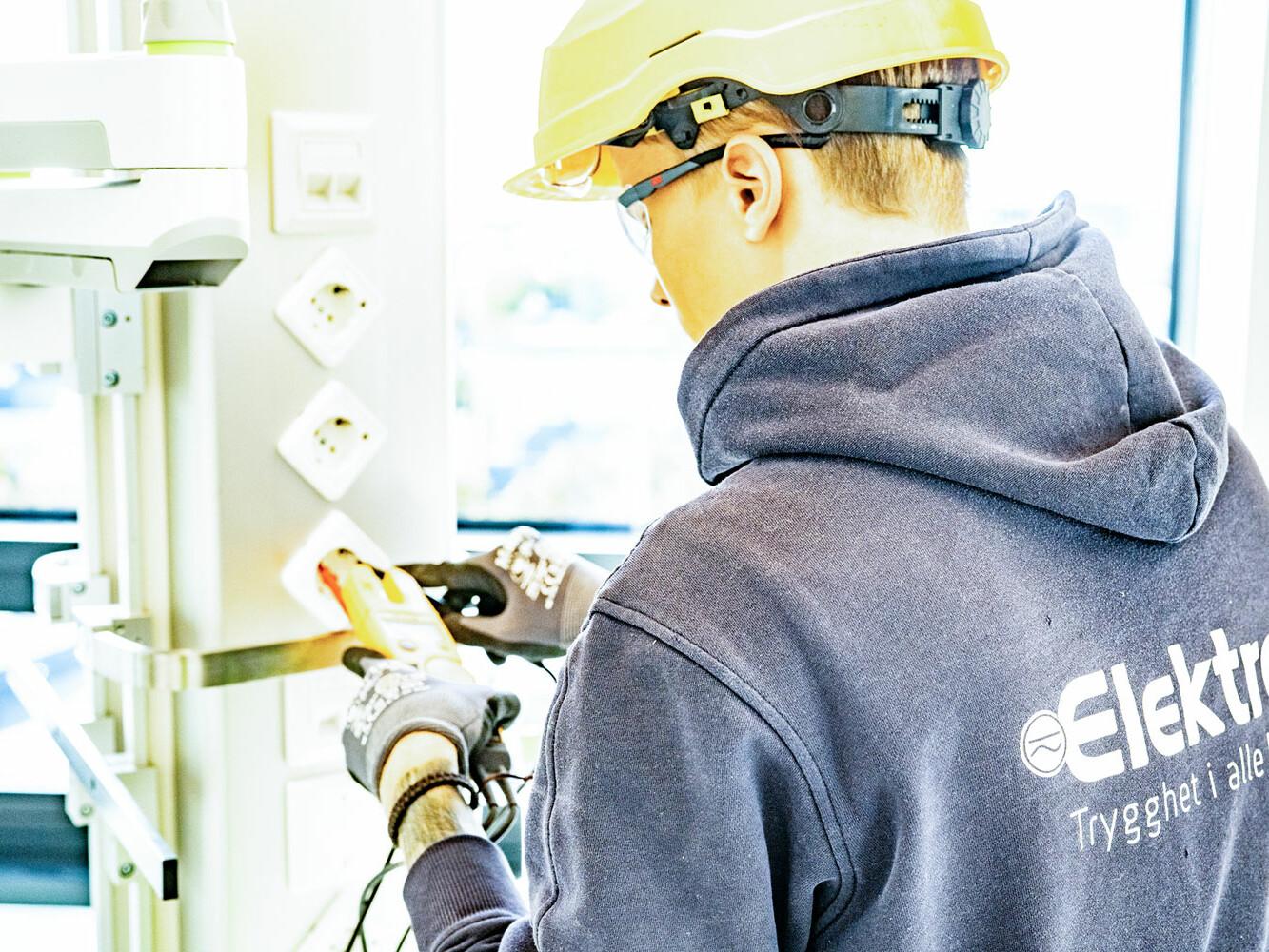Elektriker hos Elektrogruppen som installerer støpsel.