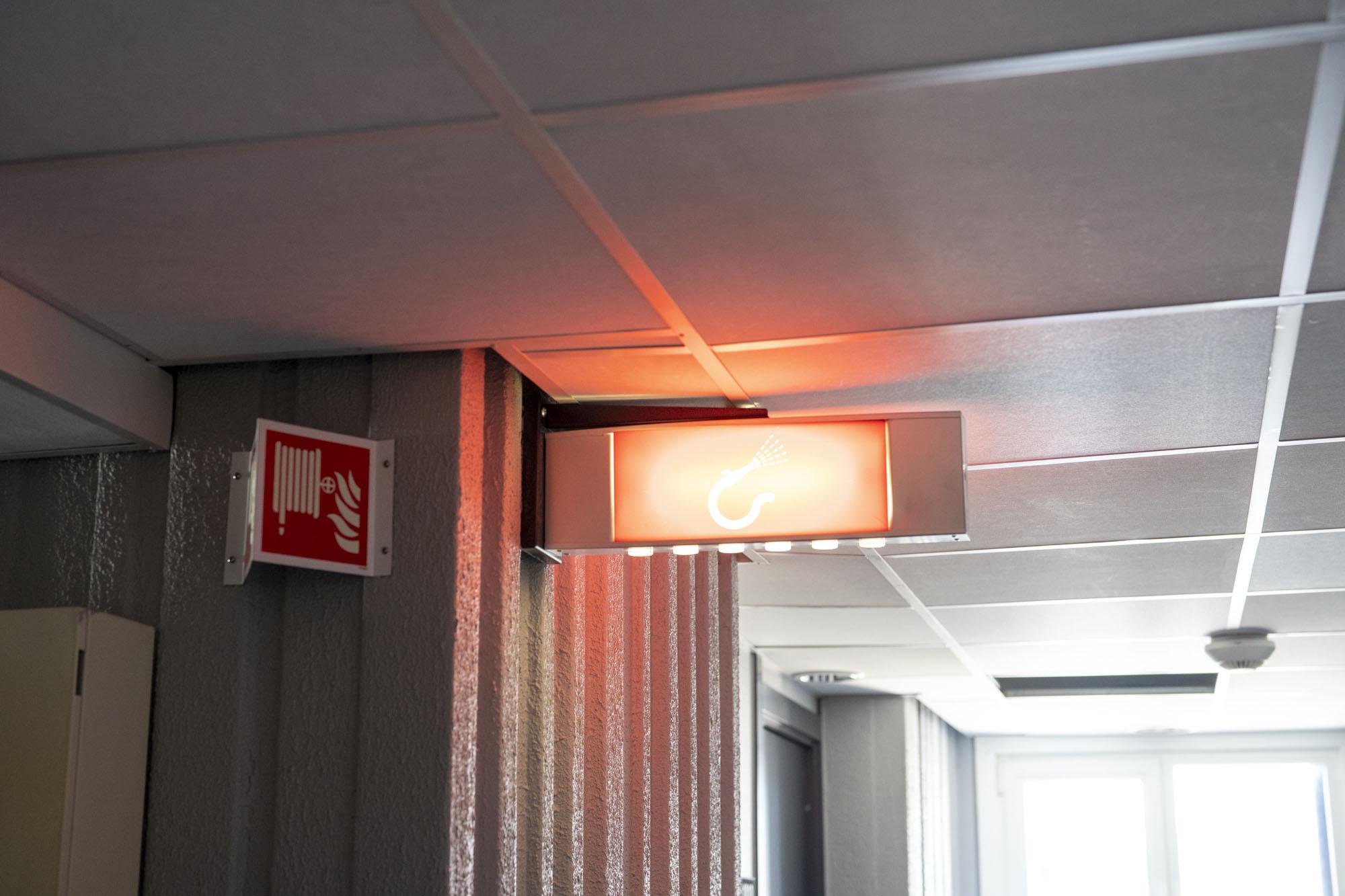 Rødt, lysende varslingsskilt for brann.